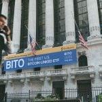Hvis bitcoin ikke har brug for banker, skal jeg købe bitcoin -ETF'er?